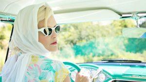 50Plus, Frau in einem Cabrio