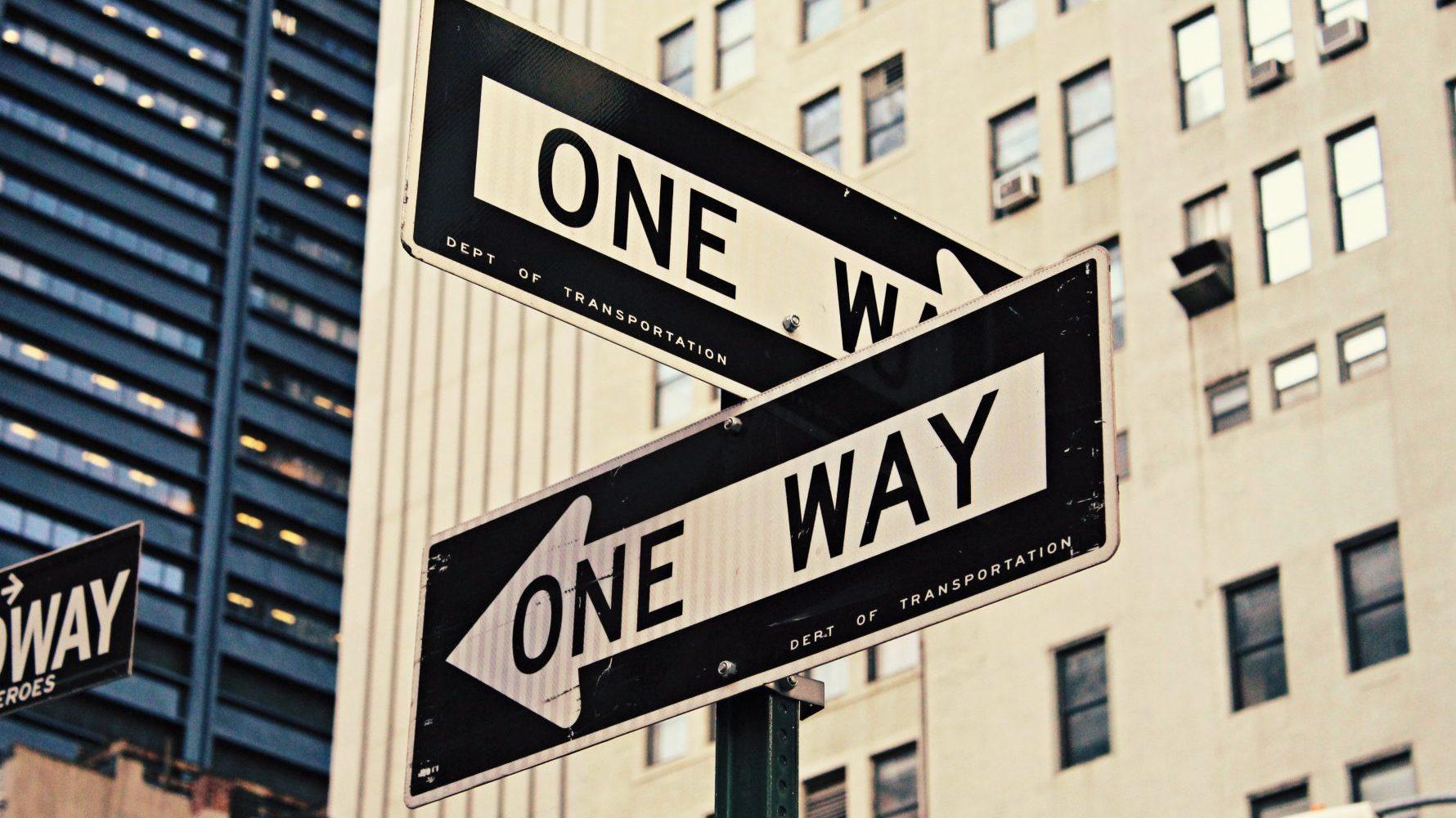 Schilder, die neue Wege zeigen