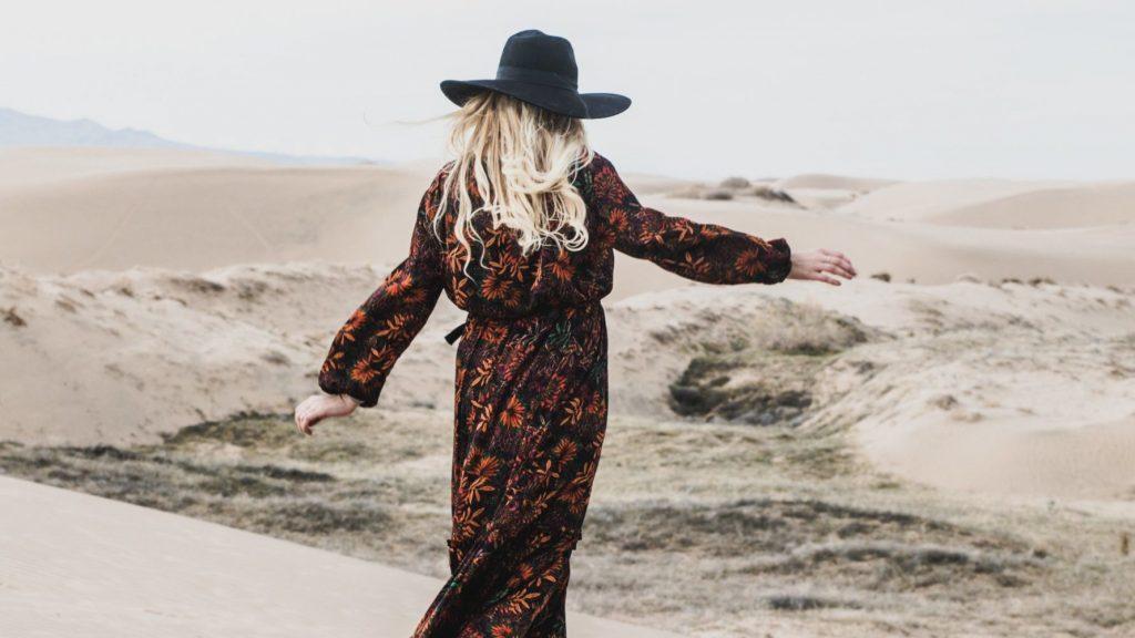 Frau geht durch Sand